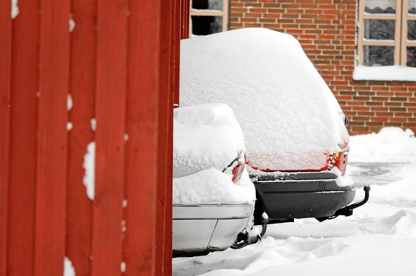 Sneen kan nemlig hurtig blive for tung oven på carporten. Kollapser taget, er det ikke sikkert, at din forsikring dækker.