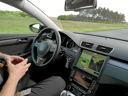 Er du overbevist om, at du sagtens kan køre i bil og tale i mobiltelefon på samme tid?