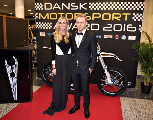 Kevin Magnussen er tilbage i Formel 1, og det blev fejret i Herning sammen med kæresten Louise