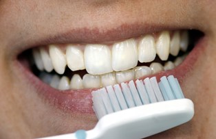 Det er ikke tandpastaens løfter, der skaber smilet, lyder det fra eksperterne