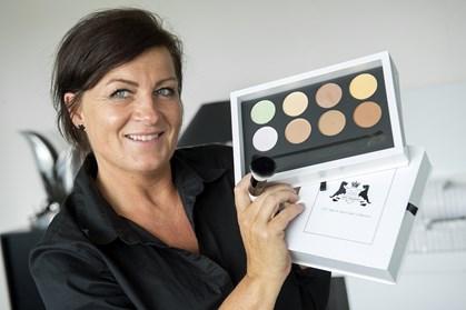 Når der begynder at komme rynker omkring øjnene og huden ikke er helt så stram som før, er det på tide at justere lidt på makeup-vanerne