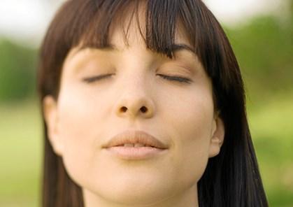 Har du svært ved at koncentrere dig om at meditere? Eller tænker du, at det slet ikke er noget for dig? Faktisk kræver det ikke så meget at få meditation ind i hverdagen. Psykolog og yogalærer Birgitte Gorm Hansen guider dig til hvordan.