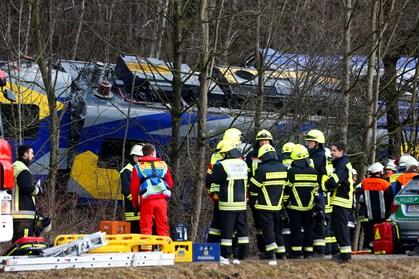 Dødstal efter togulykken er oppe på 10, efter at redningsarbejdere har bjærget endnu et lig. To savnes fortsat