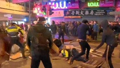 Politi affyrede varselsskud mod rasende folkemængde