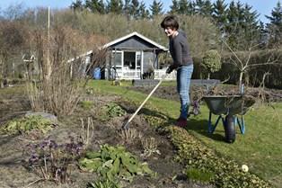 Det lyder som en drøm for mange, og faktisk er det helt korrekt, at du kan sidde mageligt og arbejde med haven