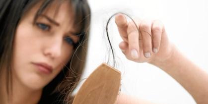 Dét, at miste den smukke frisure og de lange lokker, kan specielt være hårdt for kvinder. Heldigvis findes der måder at behandle og overkomme denne lidelse på.