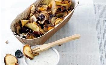 Det er en ren farvesymfoni, når gulerødder, rødbeder, persillerødder og kartofler hopper en tur i den varme olie.Til chips er det oplagt at eksperimentere med forskellige slags kryddersalt for at pifte de sprøde flager op.