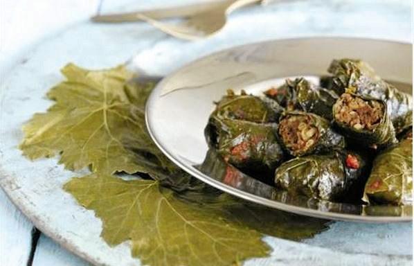 Fyldte dolmaer er en herlig ret med krydret oksekød fyldt i vinblade og dampet i en tomatsuppe. Denne version stammer fra Istanbul.