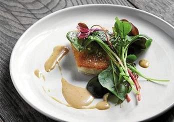 Slethvarren har hvidt og fast kød, og i denne version er fisken smurt med kyllingefars på stegesiden, hvorpå der yderst sidder crouton.