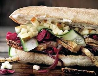 Bag kæbesnitten over flere timer i ovnen, så en del af fedtet smelter fra, sværene bliver sprøde, og den vil gøre sig aldeles glimrende i en hjemmelavet flæskestegs sandwich.