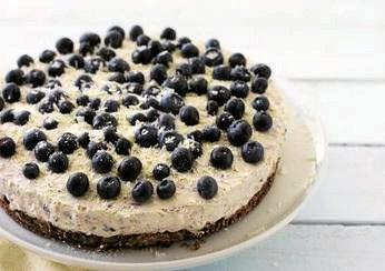 Kombinationen af en knasende sprød bund og en fløjlsblød, men fast creme smagt til med blåbær er da også temmelig fristende. Det er afgørende, at kagen står nogle timer på køl, for at cremen sætter sig og bliver fast.