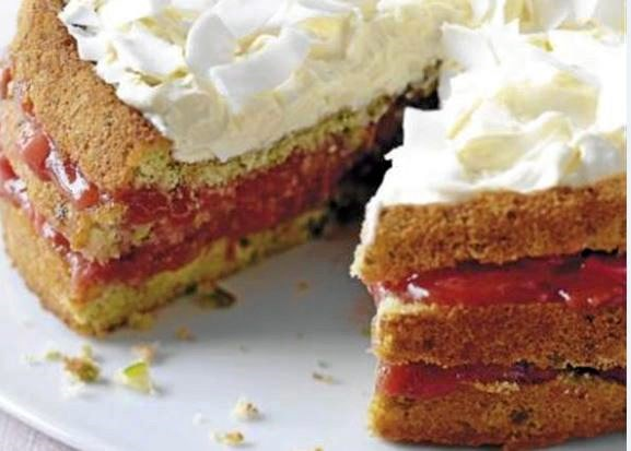 En blød, sød, sylig og lækkert snasket lagkage. Server den både som dessert og kaffe-kage.