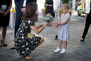Gav blomster til kronprinsessen