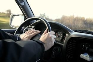17-årige kan snart helt lovligt sætte sig bag rattet i en bil. Flertal i Folketinget godkender forsøgsordning.