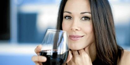 Røde druer producerer resveratrol, som en reaktion af at forsvare sig for eksterne skadelige kilder.