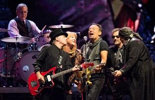 """Trods """"jammerlig"""" og """"katastrofal"""" lyd skabte Bruce Springsteen en fest for Parkens publikum"""
