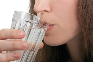 Vand holder rynkerne væk, så der er god mening i at få nok vand indenbords hver dag