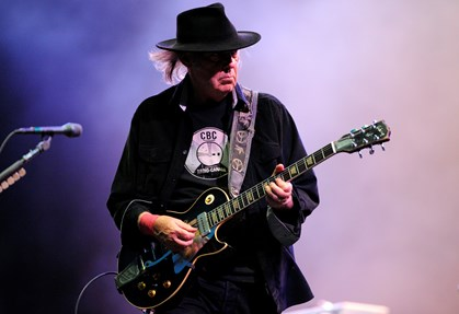 Rocklegenden Neil Young spiller på Roskilde Festival fredag aften som et af festivalens største navne