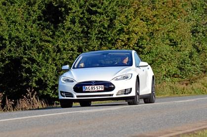 Tesla kritiseres for at bruge et vildledende navn til assisterende køreteknologi