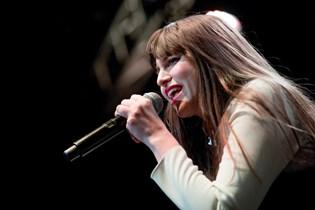 Sangerinden Fallulah er blevet frarådet at flyve så sent i sin graviditet