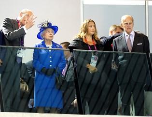En ny udstilling viser indholdet af dronning Elizabeths tøjskab