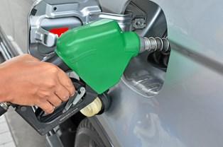 Spar på benzinen i tanken og fyld luft i dækkene