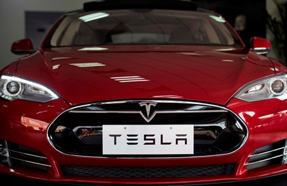 Den amerikanske producent af elbiler har fået endnu mere fart i topmodel med nyt batteri under kølerhjelmen