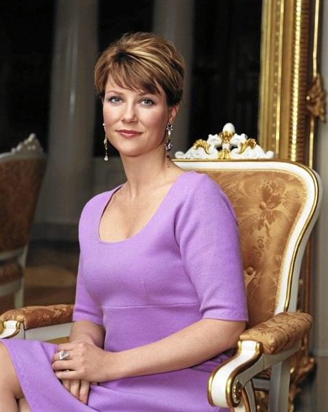 Märtha Louise deltager i kongehusets havefest
