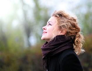 Tænk positivt-tanken får os til at jagte lykken mere intenst end nogensinde før – og endda prøve at finde den i kriserne. Intet tyder dog på, at vi er blevet gladere