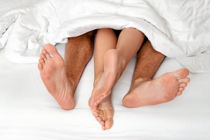 Er I blevet forældre, så ved I, at det kræver mange kræfter og det efterlader sjældent meget overskud til intimitet. Men det er vigtigt at få gang i det igen, og her får du råd til, hvordan I gør