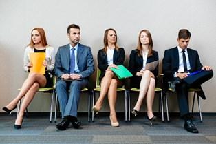 Arbejdsmarkedet stiller stadigt højere krav til både medarbejdere, der er i job, og til ledige, som leder med lys og lygte efter drømmejobbet.