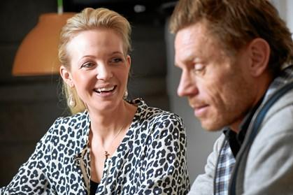 Den danske rytter og blogger Tina Lund viser sin højgravide mave frem på stranden blot fem uger inden termin