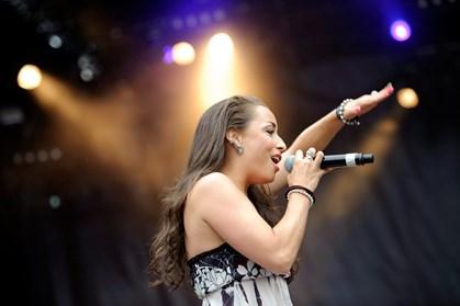 Sangerinden Szhirley runder et skarpt hjørne, men selv føler hun sig stadig i hopla