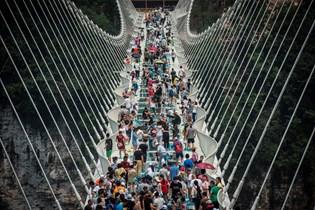 Høje hæle er forbudt på verdens længste og højeste glasbro