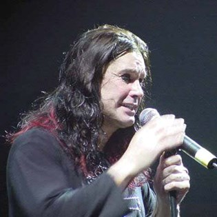 Ozzy Osbournes elskerinde hævder, at hans datter, Kelly, promoverer sig selv ved at lange ud efter hende