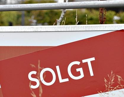 Antallet af hushandler overhalede i tredje kvartal rekorden fra samme kvartal sidste år, viser nye tal fra Boligsiden.dk. Med 2,7 procent flere solgte villaer og rækkehuse trækker 2016 nu for alvor fra på boligmarkedet