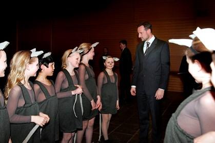Det norske kronprinspar samler ind for norsk Røde Kors