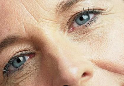 Et par simple makeuptricks og huskeregler kan dække både kragetæer om øjnene og bekymringsrynker i panden