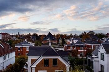 Omkring 350.000 danske boliger skal i fremtiden blandt andet prissættes ved hjælp af luftfotos. Arkivfoto: Kasper Palsnov, Scanpix