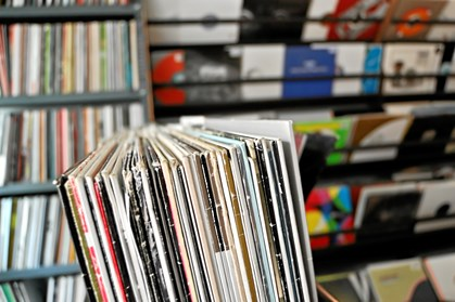 Grammofonplader udgør nu 16,5 procent af musiksalget på fysiske medier i Danmark. Vinylens comeback er med til at skabe nye værdifulde samlerobjekter