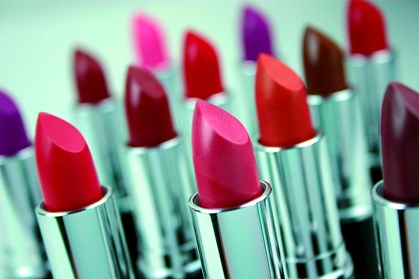 Disse farver skal du undgå i dine læbestifter, hvis du ikke vil have gule tænder