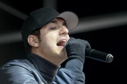 Sangeren Basim fortæller på Facebook, at han har mistet sin mor. Det er kun fire år siden, hans far døde
