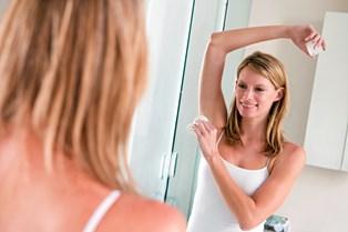 Du skal bruge deodorant om aftenen, og det er der en meget simpel grund til