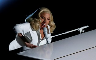 Popstjernen Lady Gaga fortalte en række teenagere om den psykiske tilstand, hun kæmper med i hverdagen