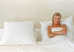 Overgangsalderen med manglende sexlyst er kun noget kvinder rammes af. Eller er det? Hos mændene daler det hormonelle niveau også med alderen, og en del kommer reelt til at mangle