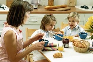 Det går den forkerte vej for de voksne, mens der er små fremskridt i børnenes kost, viser undersøgelse