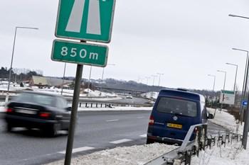 Politiet har 100 fotovogne. Her er en fotovogn i aktion på motorvejen ved Frederikshavn. Arkivfoto
