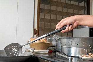Til stegning på panden fravælger mange olivenolie, men det er der ingen sundhedsmæssig grund til, siger ekspert.