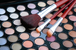 Hvilken farvenuance er den rette at bruge som blush? Og hvordan finder du en foundation, der passer til netop din hudtilstand? Få tipsene her.