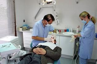 Tandlægeklinikker rundt i Danmark er ved at blive købt op af rige erhvervsfolk med planer om at sælge videre.